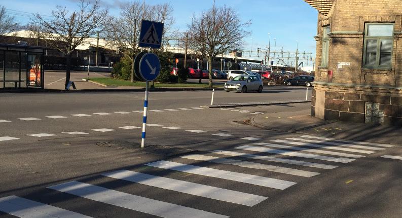 Lägg till blå markering i vägbanan i korsningen Västra vallgatan Magasinsgatan